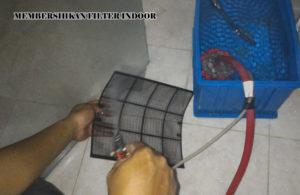 Membersihkan Filter Indoor Perawatan pada AC Split