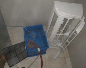 Mencuci Filter dan Casing Body Indoor Perawatan pada AC Split