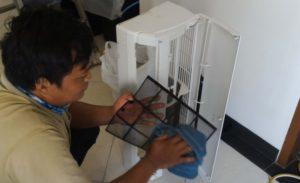 Mengelap Filter dan Casing Body Indoor Perawatan pada AC Split